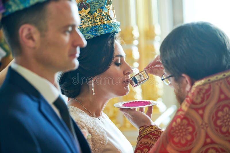 Sposo e sposa sulla cerimonia di nozze nella chiesa immagine stock libera da diritti