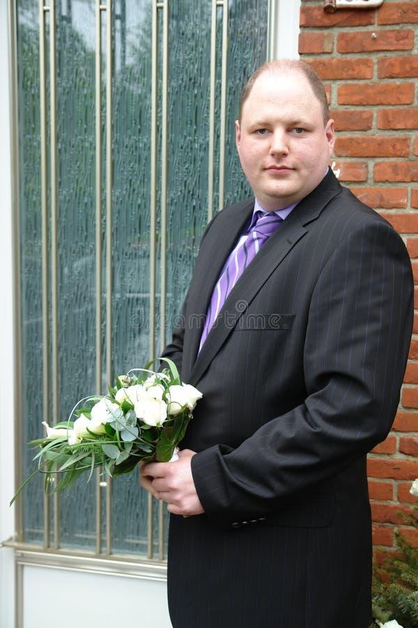 Sposo nervoso sul gradino della porta immagine stock