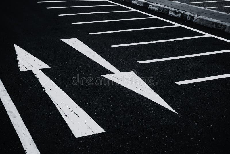 2 sposobów dwa kierunków strzał asfaltowa droga fotografia royalty free