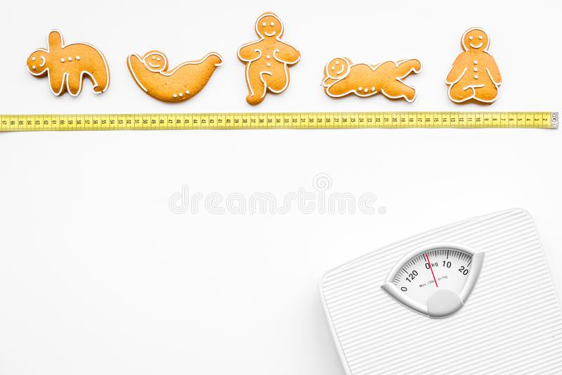 Sposoby dla gubją ciężar sport Ciastka w kształcie joga asans blisko ważą i pomiarowa taśma na białego tła odgórnym widoku zdjęcie stock