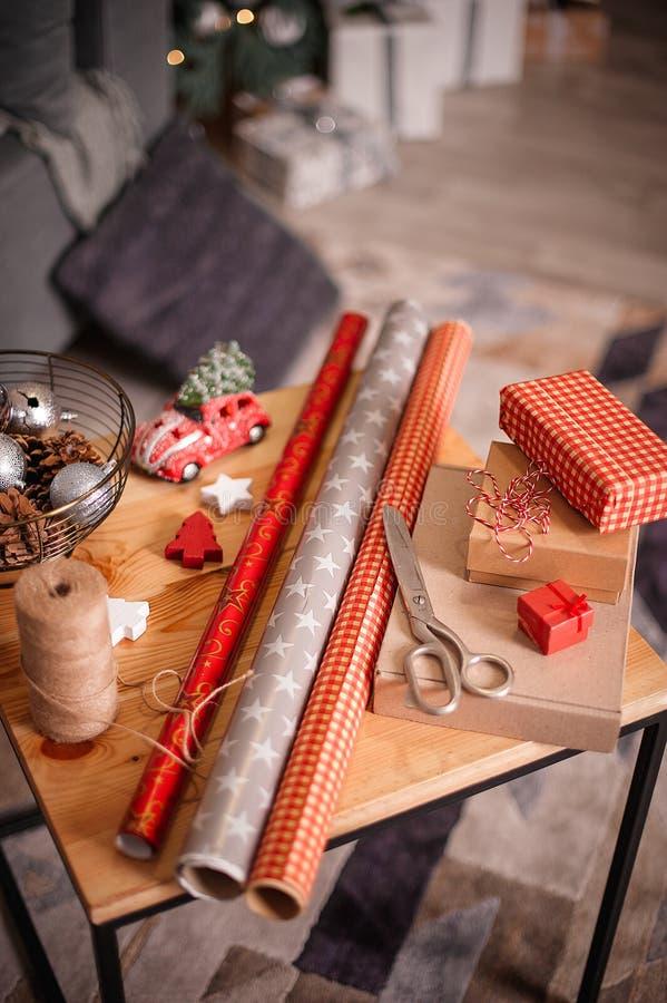 Spostamento dei regali di feste Decorazioni anno di nuovo e di natale immagine stock libera da diritti