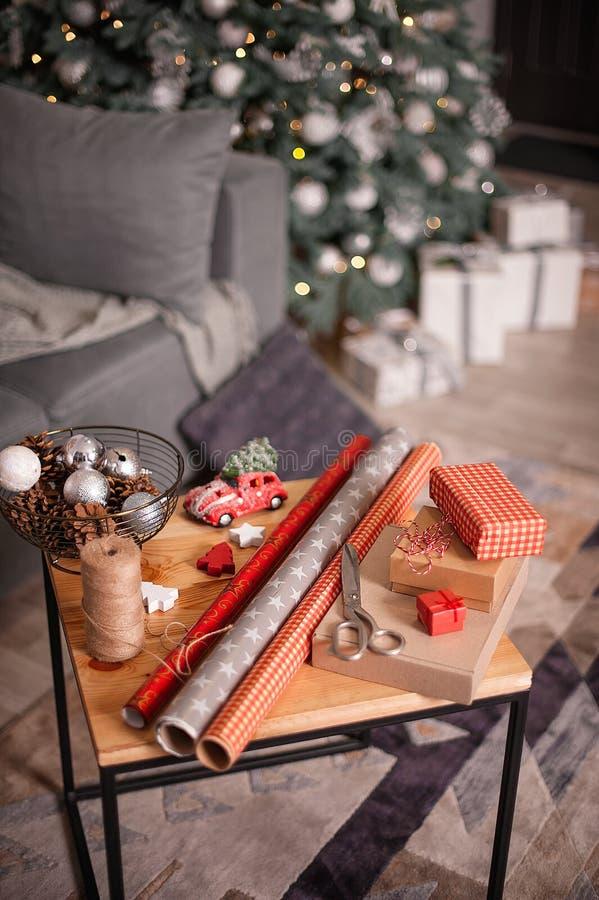 Spostamento dei regali di feste Decorazioni anno di nuovo e di natale fotografia stock