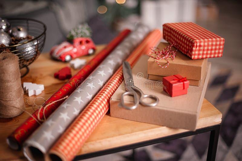 Spostamento dei regali di feste Decorazioni anno di nuovo e di natale fotografie stock