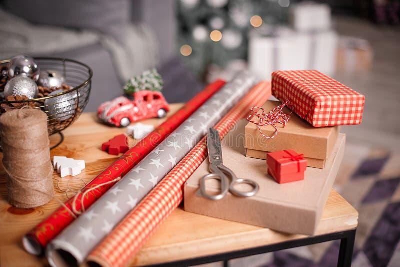 Spostamento dei regali di feste Decorazioni anno di nuovo e di natale immagini stock libere da diritti