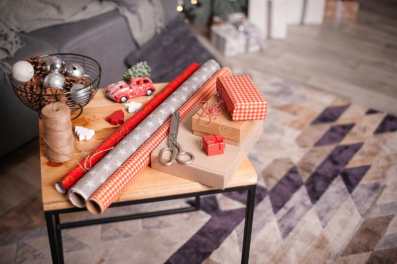 Spostamento dei regali di feste Decorazioni anno di nuovo e di natale immagini stock