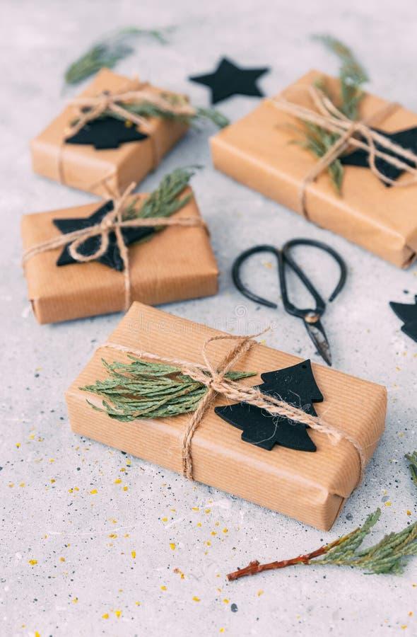 Spostamento dei regali di Natale fotografie stock libere da diritti