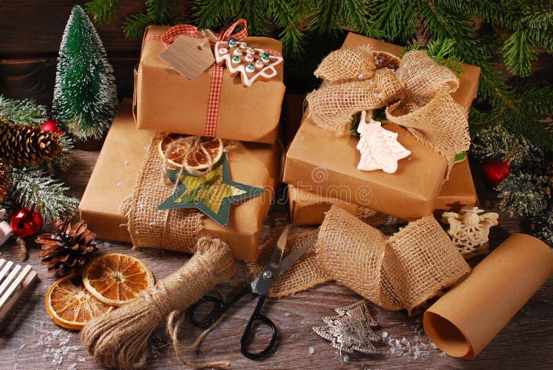 Spostamento dei regali di Natale in carta di eco immagine stock libera da diritti