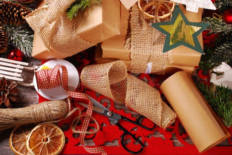 Spostamento dei regali di Natale in carta di eco fotografie stock libere da diritti