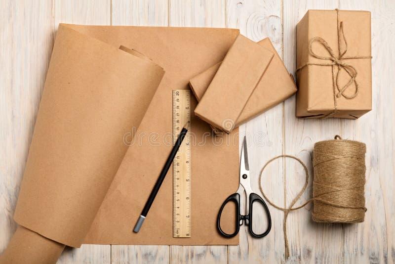 Spostamento dei regali di Natale nella carta kraft e nella corda fotografia stock libera da diritti