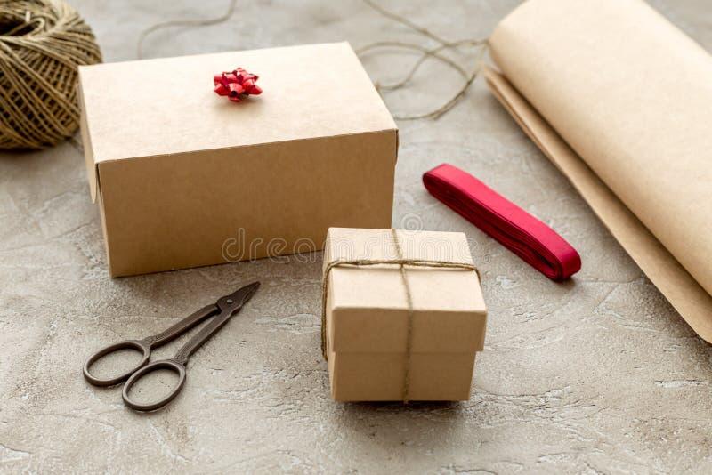 Spostamento dei regali in scatola per la festa su fondo di pietra fotografie stock libere da diritti
