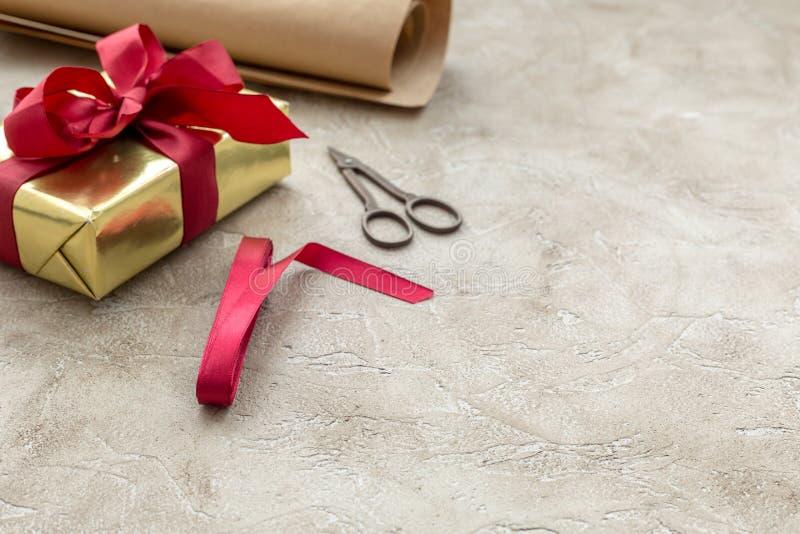 Spostamento dei regali in scatola per la festa su fondo di pietra fotografia stock