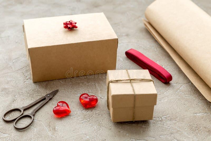 Spostamento dei regali in scatola per la festa su fondo di pietra fotografia stock libera da diritti