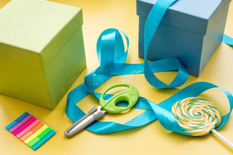 Spostamento dei regali in scatola per la festa su fondo giallo immagine stock libera da diritti