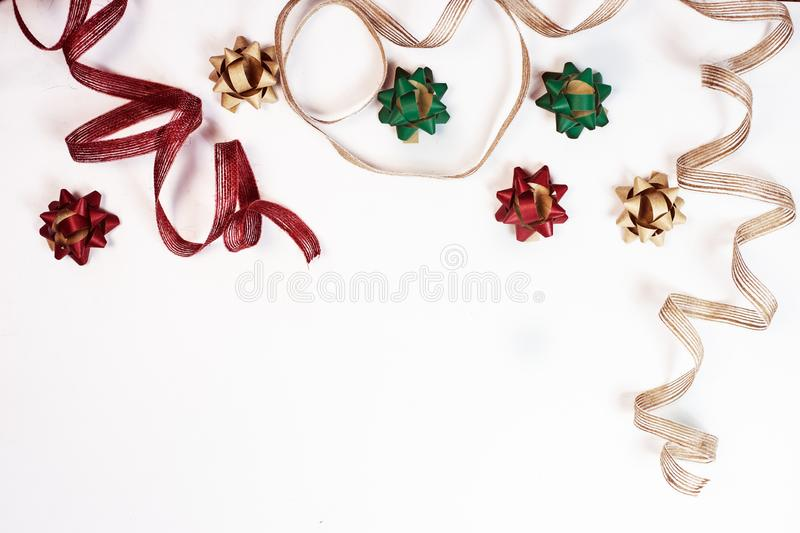 Spostamento dei regali su una vista bianca del piano d'appoggio fotografia stock