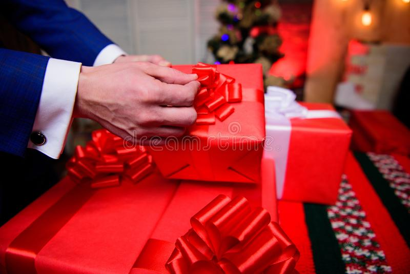 Spostamento del concetto dei regali Momenti magici Prepari i regali di sorpresa per la famiglia e gli amici Contenitori di regalo immagine stock libera da diritti