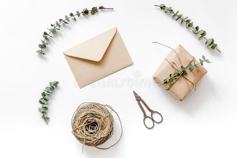 Spostamento del concetto dei regali per la festa sulla vista superiore del fondo bianco fotografie stock libere da diritti
