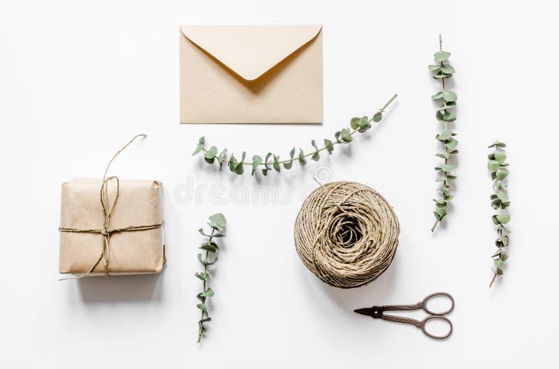 Spostamento del concetto dei regali per la festa sulla vista superiore del fondo bianco fotografia stock libera da diritti