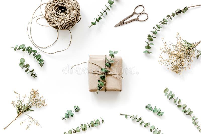 Spostamento del concetto dei regali per la festa sulla vista superiore del fondo bianco immagini stock