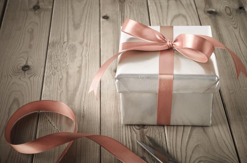 Spostamento del contenitore di regalo con effetto d'annata immagine stock