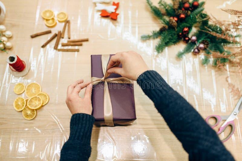 Spostamento del contenitore di regalo e decorazione, imballaggio fatto a mano fotografie stock