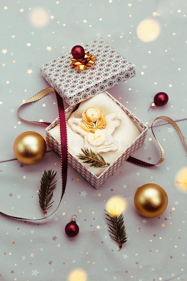 Spostamento del regalo di Natale nella scatola immagine stock libera da diritti
