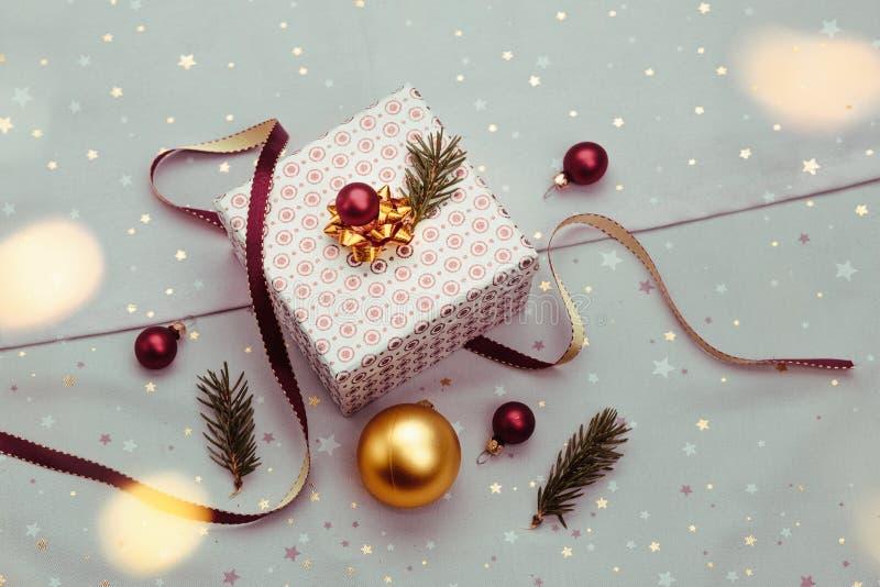 Spostamento del regalo di Natale nella scatola fotografia stock