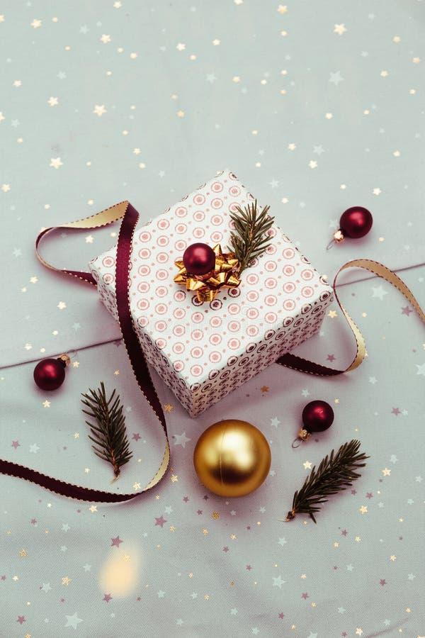 Spostamento del regalo di Natale nella scatola immagine stock