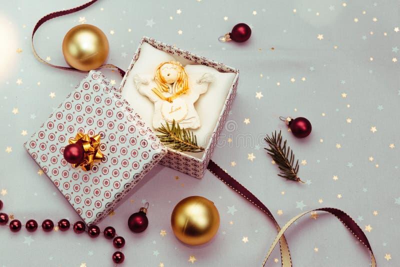 Spostamento del regalo di Natale nella scatola immagini stock libere da diritti