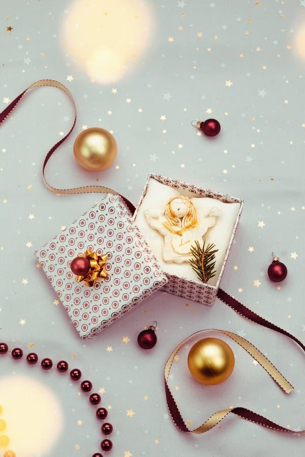 Spostamento del regalo di Natale nella scatola fotografie stock