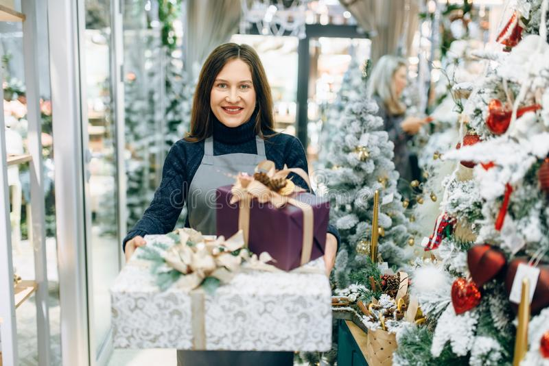 Spostamento del venditore di servizio con i contenitori di regalo festivi fotografia stock libera da diritti