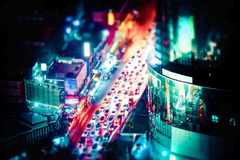 Spostamento di inclinazione Paesaggio urbano futuristico di notte Bangkok, Tailandia immagine stock libera da diritti