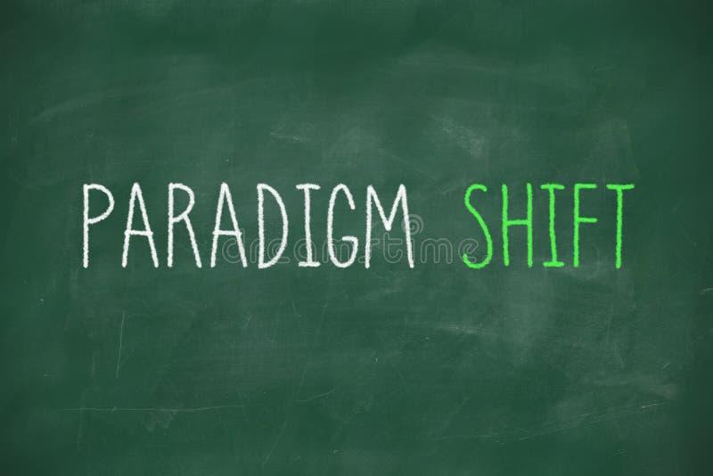 Spostamento di paradigma scritto a mano sulla lavagna fotografia stock libera da diritti