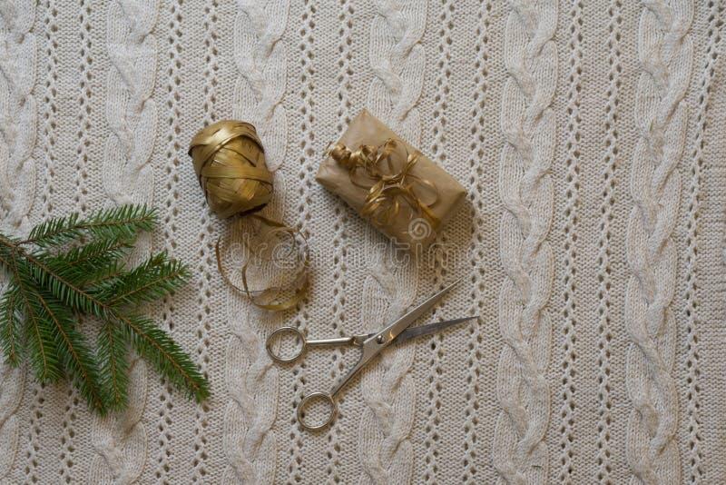 Spostamento di regali di Natale sul fondo tricottato della lana Vista superiore S immagine stock