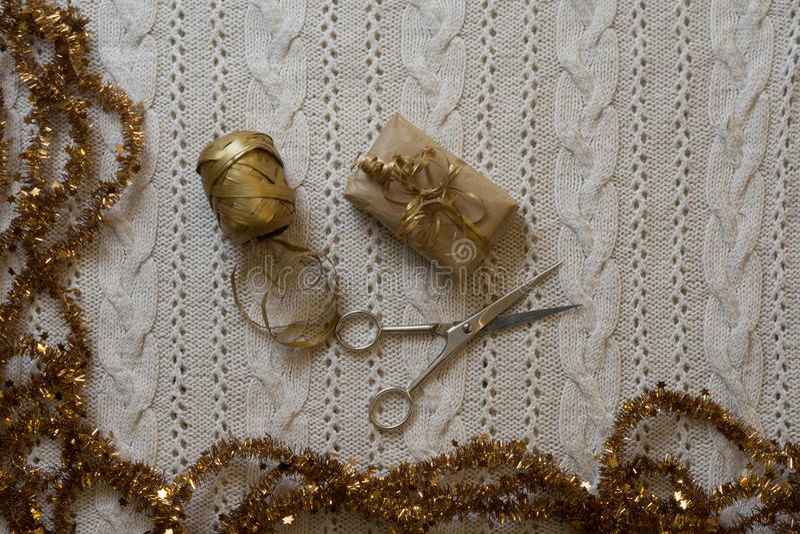 Spostamento di regali di Natale sul fondo tricottato della lana Vista superiore S fotografia stock