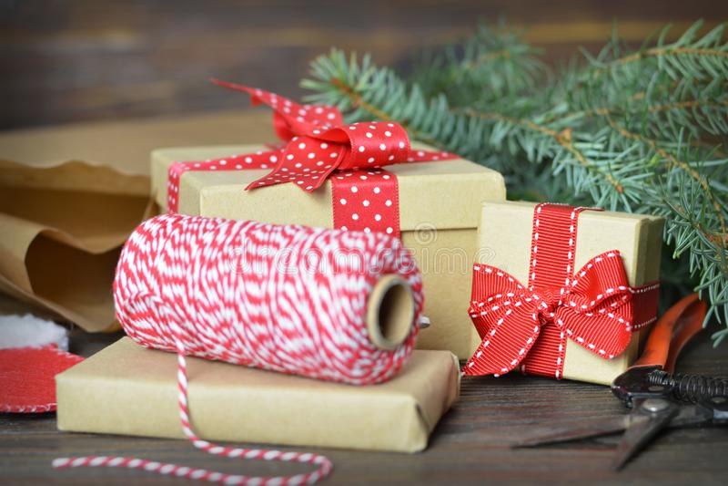 Spostamento di regali di Natale fotografia stock