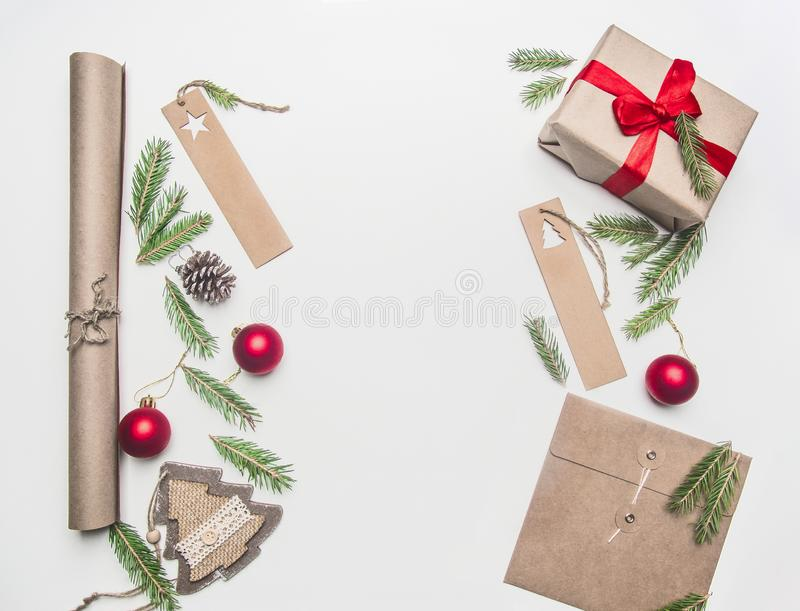 Spostamento di regalo di concetto di Natale o del nuovo anno, carta, buste, rami dell'albero di Natale, su un fondo bianco, posto immagine stock