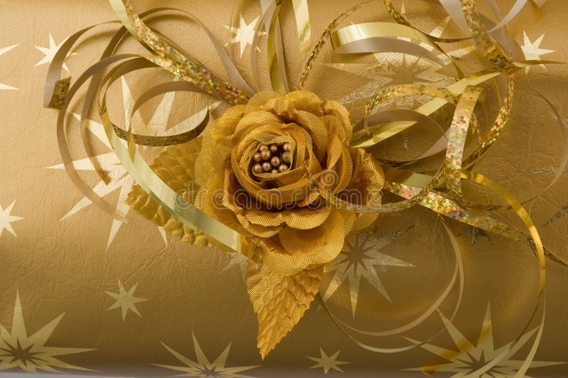 Spostamento di regalo dell'oro fotografie stock