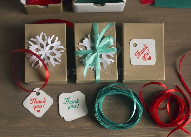 Spostamento di regalo della festa, processo d'imballaggio, materiali da imballaggio fotografie stock libere da diritti