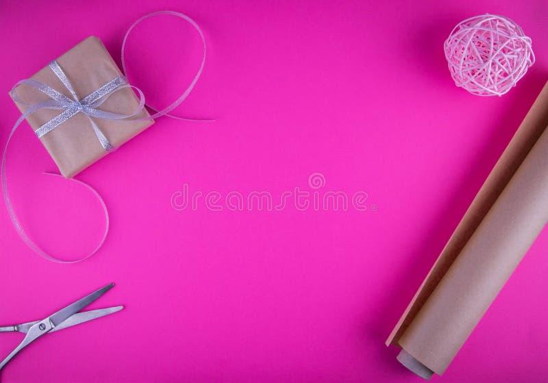 Spostamento di regalo di giorno di biglietti di S. Valentino sul fondo rosa fotografia stock libera da diritti