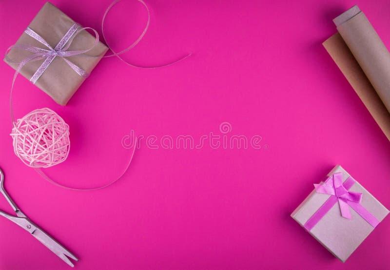 Spostamento di regalo di giorno di biglietti di S. Valentino sul fondo rosa fotografia stock
