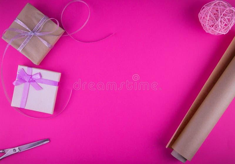 Spostamento di regalo di giorno di biglietti di S. Valentino sul fondo rosa fotografie stock