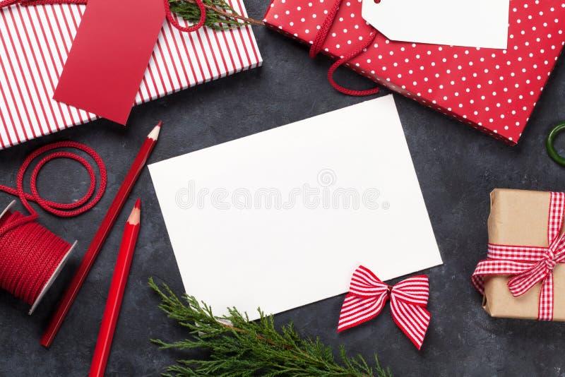 Spostamento di regalo di Natale e cartolina d'auguri in bianco immagini stock libere da diritti