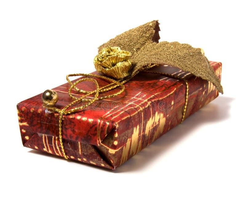 Spostamento di regalo isolato su priorità bassa bianca immagine stock
