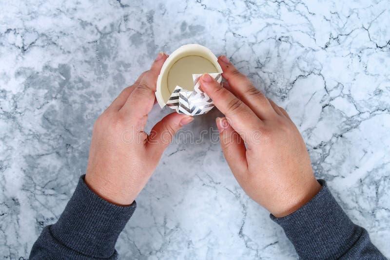 Spostamento di regalo di natale di Diy Come fare un bello regalo di sorpresa da una tazza del cartone con la caramella gommosa e  fotografia stock