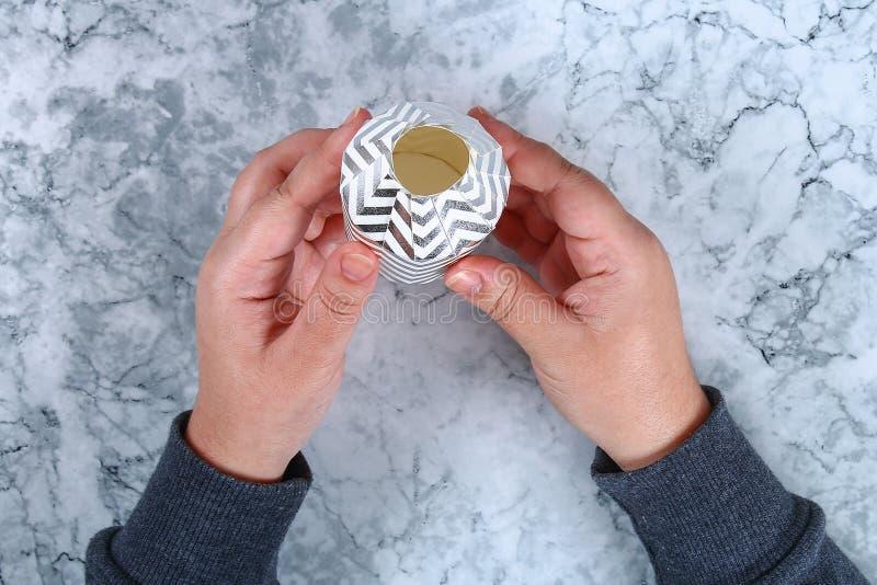 Spostamento di regalo di natale di Diy Come fare un bello regalo di sorpresa da una tazza del cartone con la caramella gommosa e  immagine stock