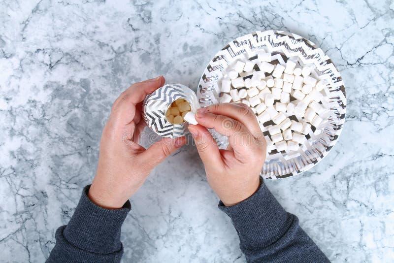 Spostamento di regalo di natale di Diy Come fare un bello regalo di sorpresa da una tazza del cartone con la caramella gommosa e  immagine stock libera da diritti