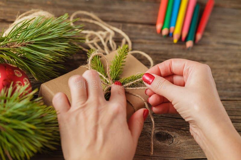 Spostamento di regalo per il Natale ed il nuovo anno handmade immagine stock
