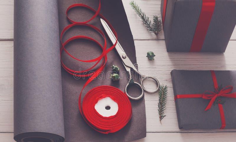 Spostamento di regalo Regalo di Natale moderno d'imballaggio in scatole fotografia stock libera da diritti