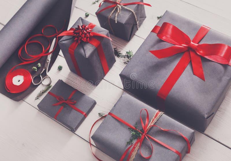 Spostamento di regalo Regalo di Natale moderno d'imballaggio in scatole fotografie stock libere da diritti