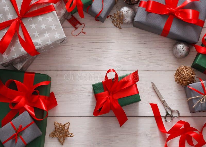 Spostamento di regalo Regalo di Natale moderno d'imballaggio in scatole immagini stock libere da diritti